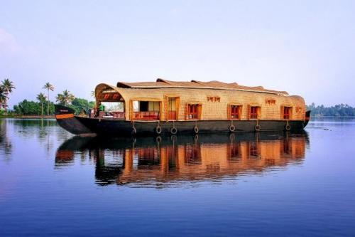 Houseboat with all meals in Kollam, by GuestHouser 10376, Kollam