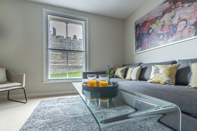Central Apartment Facing Windsor Castle, Slough