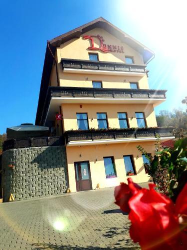 Hotel Dennis, Medias
