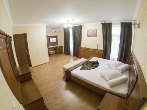 Hotel Elite, Breznita-ocol