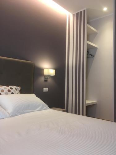 Robin Rooms, Fermo