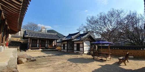 Pyochungjae Hanok Guesthouse, Dong