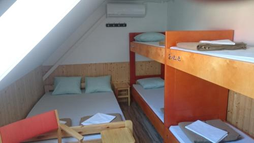 World's End Hostel, Tõlliste
