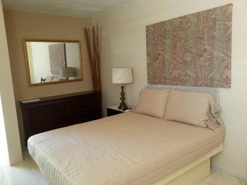 FURNISHED MINI STUDIO QUEEN BED, AC & WiFi, INQUIRE WEEKLY & MONTHLY DISCOU,