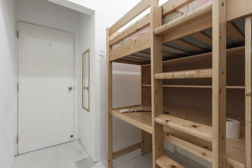 Loftbed Room within a Chinatown apartment, MRT below, CBD walkable, Outram