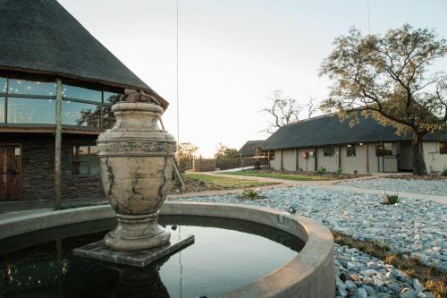 Oryx Hill Safari Lodge, Ngaka Modiri Molema