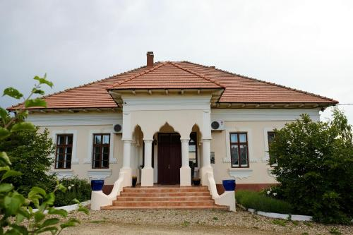 Modern Country House with Pool, Parava