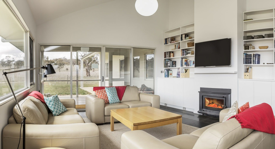 Manna Tree Farm -modern home with majestic views in stunning countrysi, Snowy River