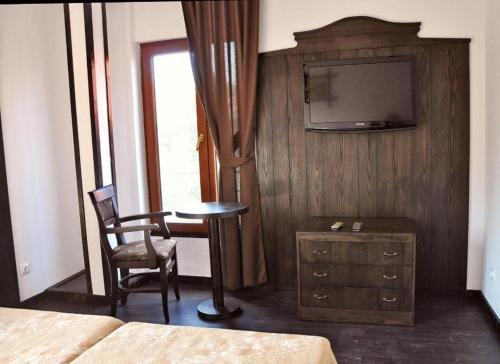 Kaleto Hotel, Lom
