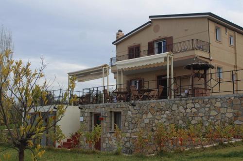 The Rose Garden Inn, Elbasanit