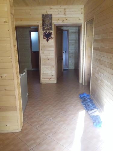 Adenisi guesthouse, Tropojës