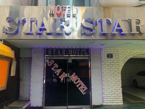 Star Motel, Nam