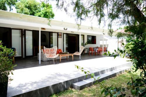 Fare Tetorea - Tahiti - Arue - 3 bdr - beachfront, garden, WiFi - 8 pers,