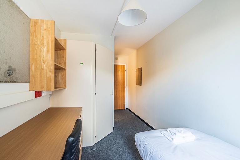 New Cross Gate 15 · Pleasant Private Room Close To Bridgehouse Meadows, London