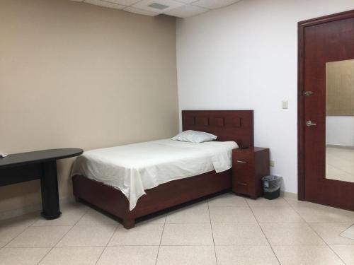 Recamara F con bano privado comoda y funcional, incluye servicios., Monterrey