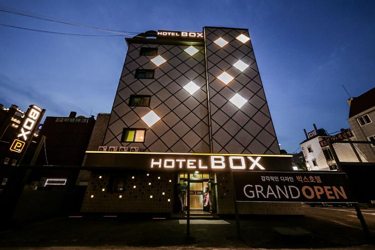 Hotel Box, Dong