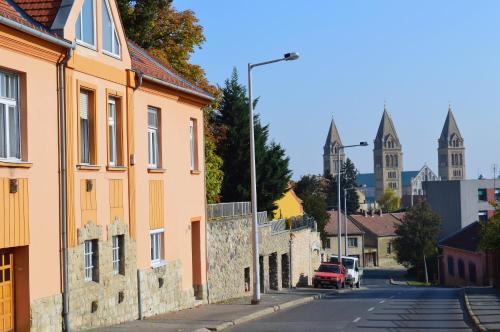 D10 Apartman, Pécs