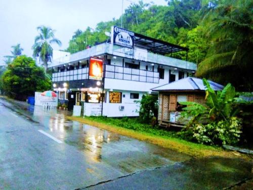 Western Highway Lodge, Marabut