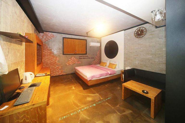 Q-Box Motel, Hadong