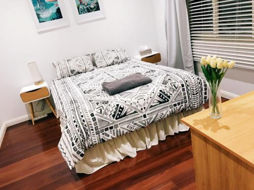 Private room in smart house, 5min walk to train station, free parking, Hurstville