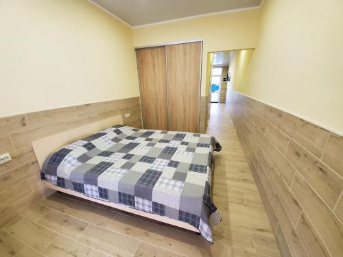 Квартира у моря, Holoprystans'kyi