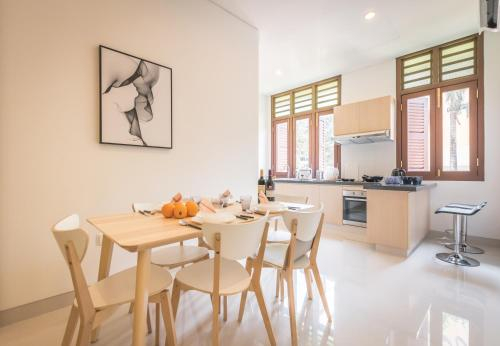 Huge, central apartment near MRT for large group, Singapore River