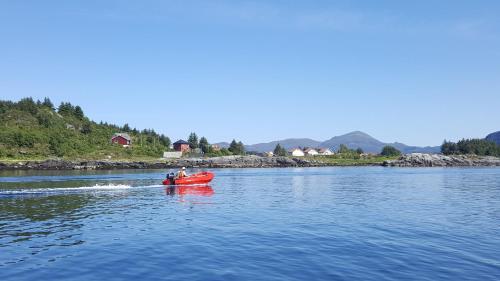Hytte ved sjøen, Vågsøy