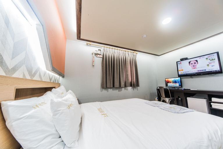 Noble Hotel, Nam