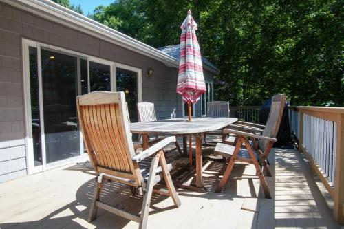 Cougar Trail Waterfront Home, Bedford