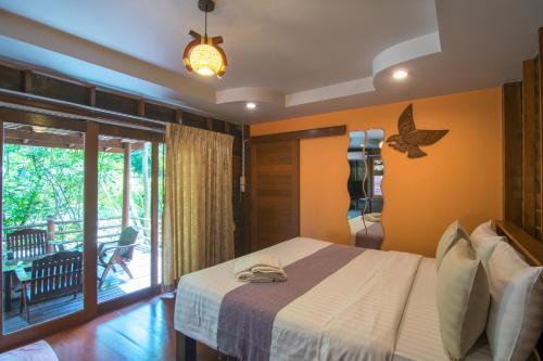 Ban Rim Nam Homestay & Resort, Bang Khon Ti