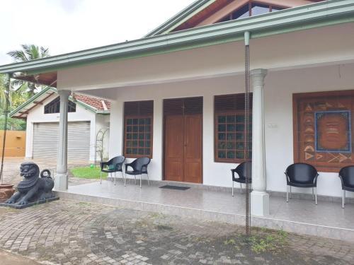 Leslie's Home, Udubaddawa