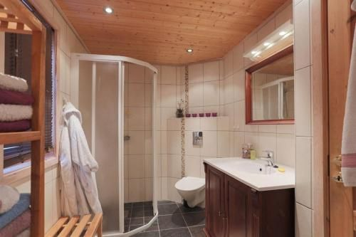 Cabin in Hodlekve with 5 bedrooms & hot tub., Sogndal
