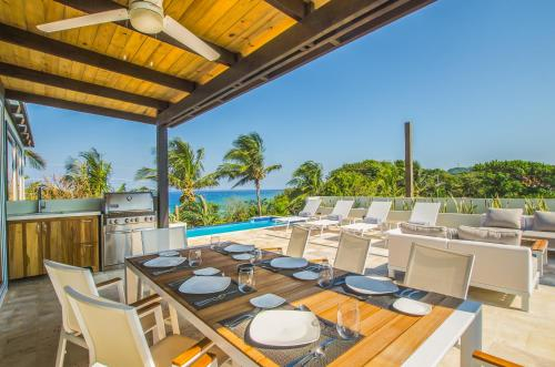 Villa Topaz Above West Bay with 360 Degree Views!, Roatán