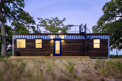 Container Tiny Home 12 min to Magnolia Silos and Baylor, McLennan
