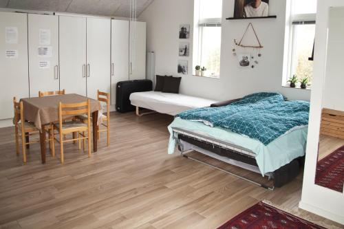 New built warm and cosy photostudio - own bath, toilet and entrance - Legoland is close by, Kolding