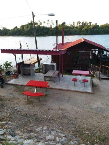 Chalet Terapung by RZ Riverlodge (muslim only), Besut
