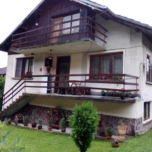 Vinchev&son home, Apriltsi