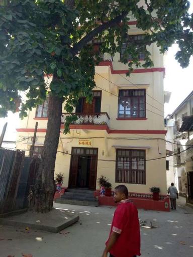 Red Sun Hotel, Mjini