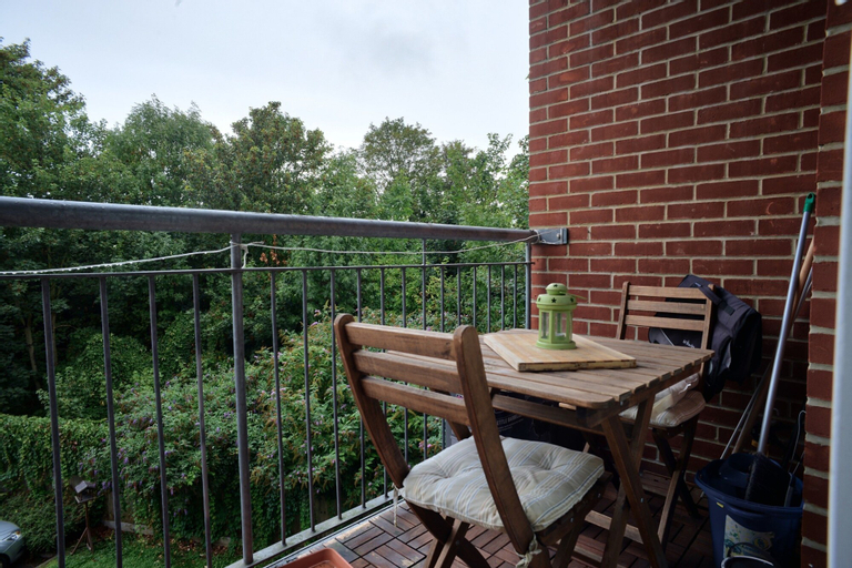 2 Bedroom Apartment With Balcony in Nunhead, London