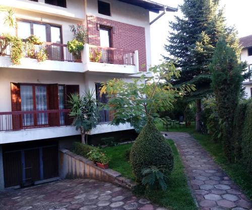 Green Hostel, Peć