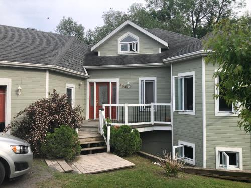 Charming waterfront house, Vaudreuil-Soulanges