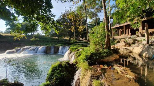 The Waterfall, Muak Lek