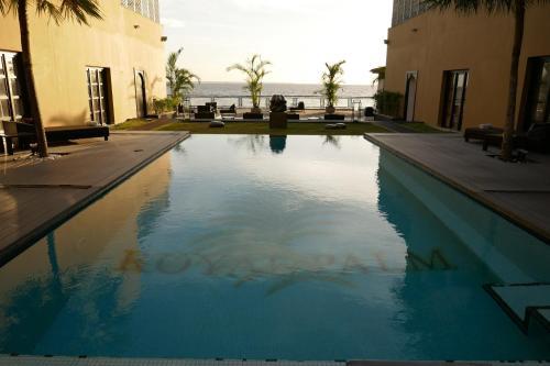 Royal Palm Hotel, Komo-Mondah