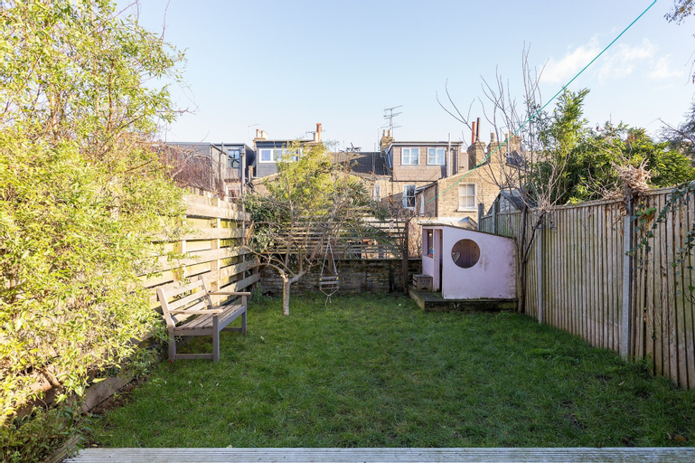 3 Bedroom Home in East London Accommodates 7, London