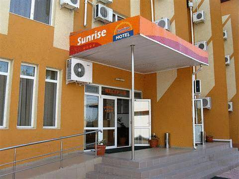 Hotel Sunrise, Crisan