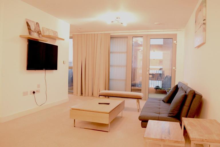 Modern 3 Bedroom Apartment Near City Airport, London
