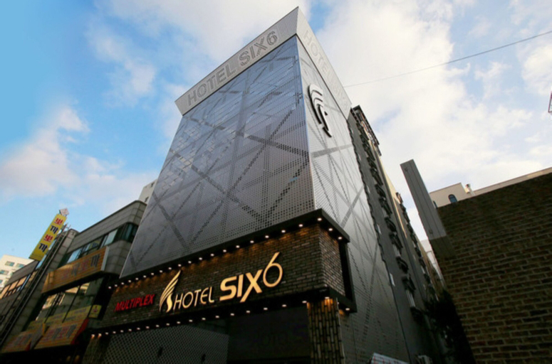 Hotel Six, Nam