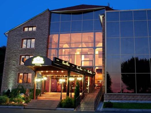 Baden-Baden Hotel, Derhachivs'kyi