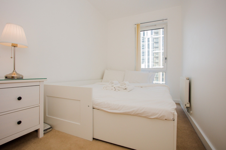 Stunning 2 Bed Home + Balcony Overlooking Thames, London