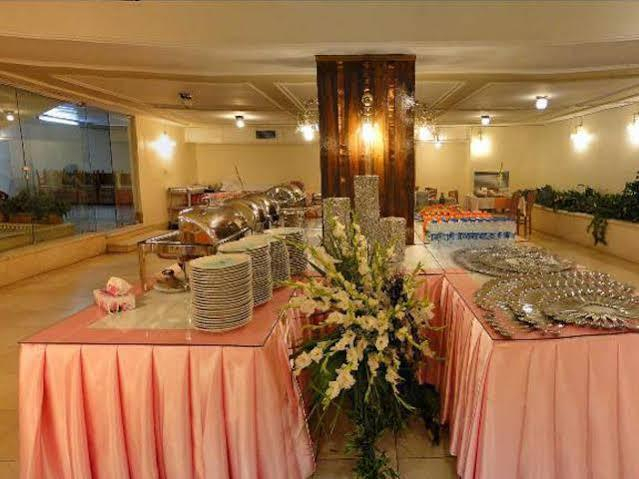 Piroozi Hotel, Tiran and Karvan